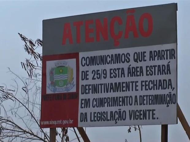 Placa foi colocada em área perto de aeroporto informando a interdição (Foto: Reprodução/ TVCA)