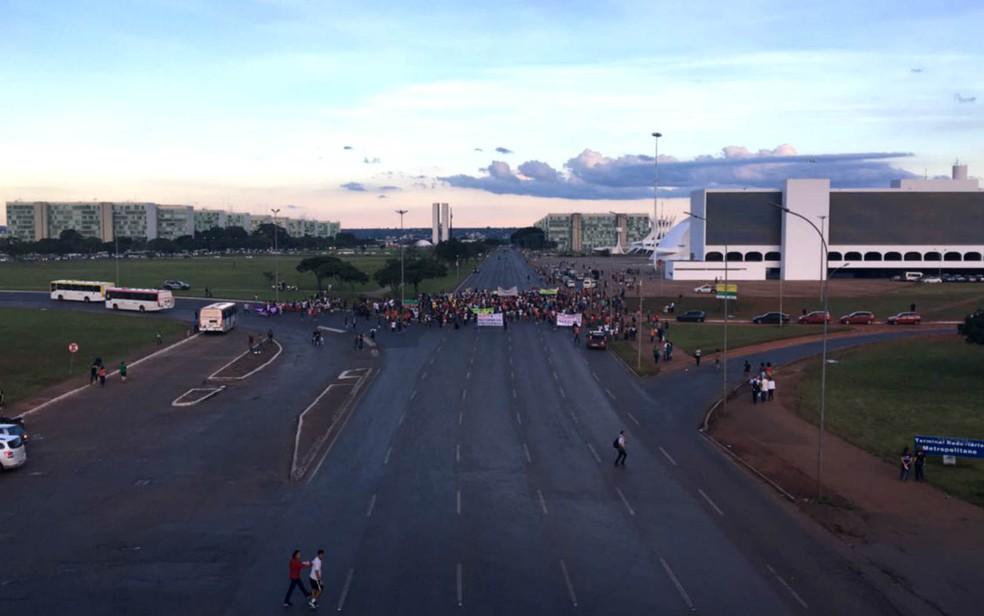 Ato contra reforma da Previdência e governo Temer bloqueia Eixo Monumental, em Brasília (Foto: Gustavo Aguiar/G1)