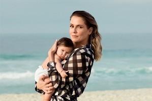 Deborah Secco posa a filha pela primeira vez