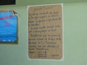 Cartaz afixado no Centro de Saúde do Tupi informa que marcação de consultas foi suspensa devido ao aumento dos casos de dengue (Foto: Flávia Cristini/G1)