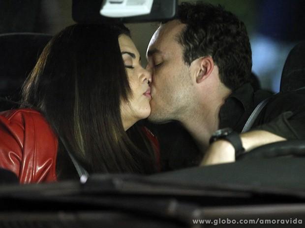 Daniel e Perséfone se beijam sem querer e a enfermeira volta a sonhar com ele (Foto: Amor à Vida/TV Globo)