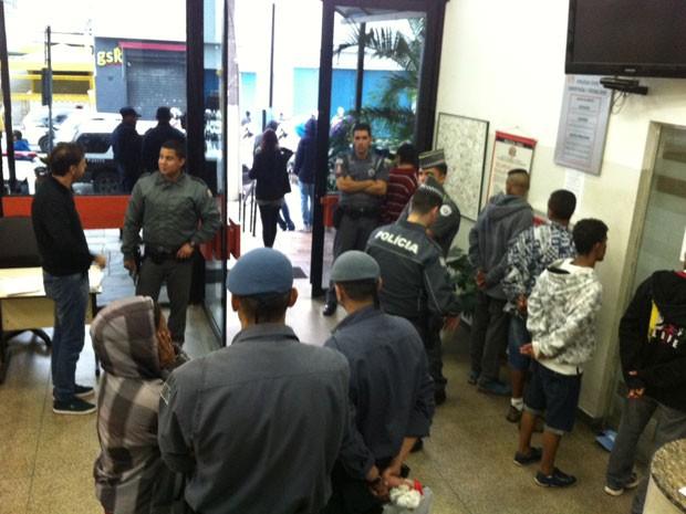 Delegacia fica cheia com detidos durante Virada Cultural (Foto: Letícia Macedo/G1)