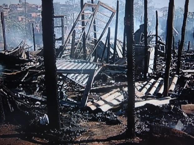 Fogo destruiu completamente sete casas no Jardim Abatia (Foto: Reprodução/TV TEM)