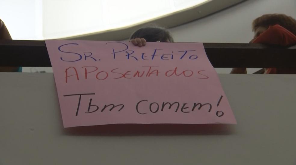 Servidores municpais aposentados também protestaram na sessão da câmara (Foto: Reprodução/TV TEM)