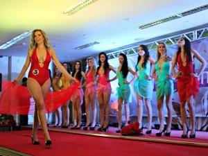 Candidatas realizaram desfile de traje de banho durante o concurso (Foto: Halex Frederic/G1)