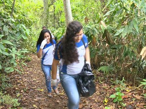 Estudantes recolheram lixo que estava espalhado pelo parque, no Espírito Santo (Foto: Reprodução/TV Gazeta)