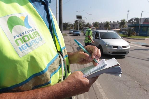 Agente aplicando Multa  (Foto: Divulgação)