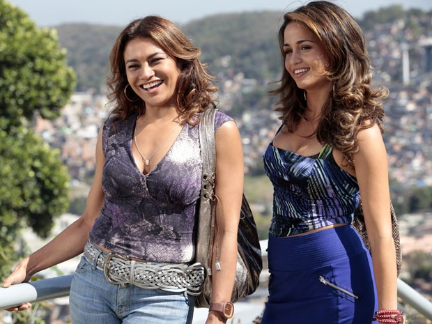 Dira Paes e Nanda Costa gravaram cenas no Complexo do Alemão (Foto: Salve Jorge/TV Globo)