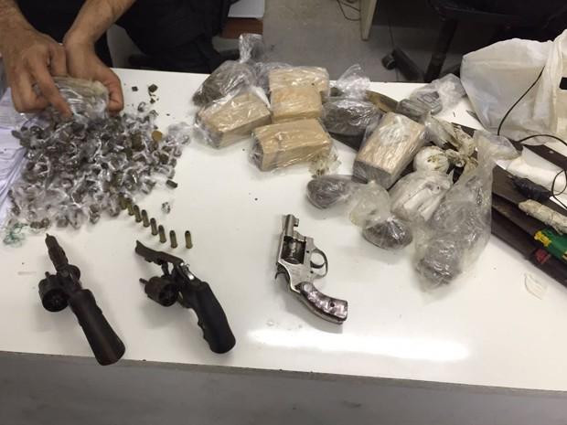 Três armas apreendidas no Presídio Frei Damião de Bozzano (Foto: Seres/Divulgação)