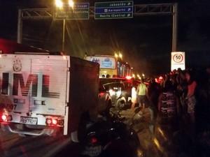 Dois suspeitos morreram após troca de tiros em ônibus na Zona Oeste do Recife (Foto: Renato Ramos/TV Globo)
