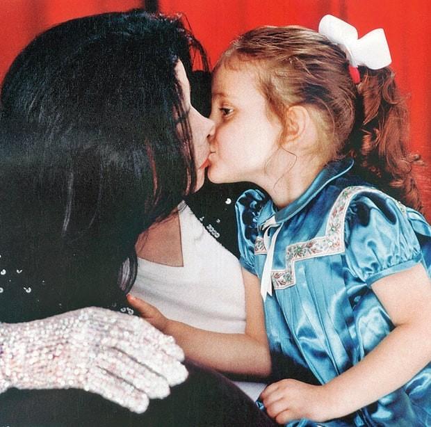 Michael Jackson e Paris Jackson em 2001 (Foto: Reprodução)