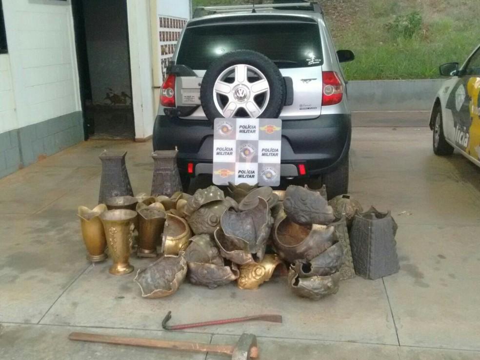 Materiais apreendidos pela polícia com o suspeito (Foto: Divulgação/Polícia Rodoviária)