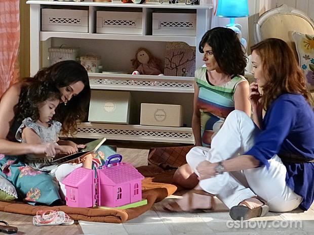 Juliana convida a menina para voltar outro dia para uma visita (Foto: Em Família/TV Globo)