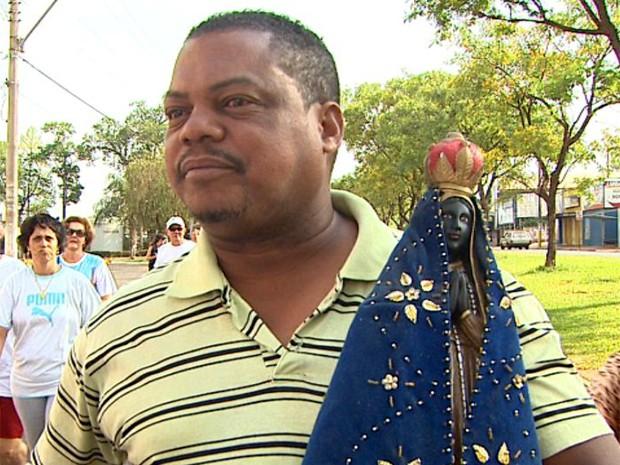 Roberto Carlos da Silva leva nos braços uma imagem da santa (Foto: Sebastião Elias/EPTV)