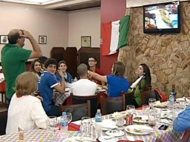 Torcedor se desespera ao ver jogo da Costa Rica pela TV (Foto: Reprodução/ TV TEM)