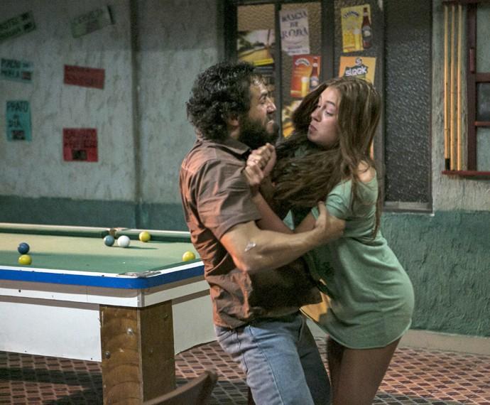 Dino agarra Eliza à força (Foto: Inácio Moraes/ Gshow)