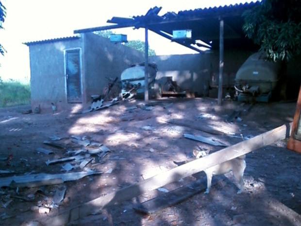 Moradora de Limeira diz que tornado destelhou rancho (Foto: Gabriella Maaz/Acervo pessoal)