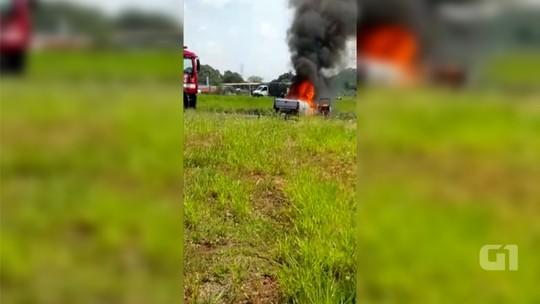 Carro pega fogo às margens de rodovia em Votuporanga