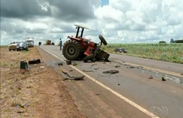 Destroços de tratro ficaram espalhados na BR-060 após acidente perto de Rio Verde, GO (Foto: Reprodução/TV Anhanguera)
