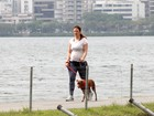 Grávida, Paula Braun caminha com cachorro no Rio