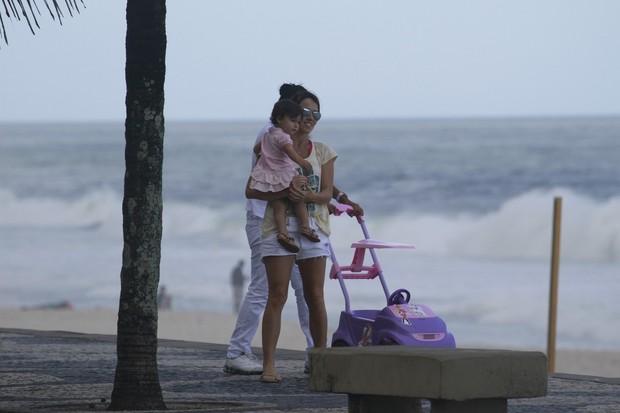 Fernanda Pontes passeia com a filha na orla (Foto: Dilson Silva / AgNews)