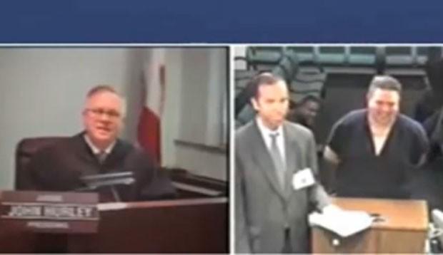 Juiz John Hurley ficou impressionado ao interrogar suspeito com sobrenome 'Cocaína' (Foto: Reprodução/YouTube/Jim Browski)