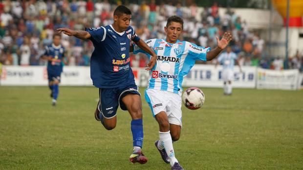 O lateral-esquerdo Mocajuba volta a ter Thiago Potiguar pela frente. Águia tem levando vantagem sobre o Paysandu (Foto: Marcelo Seabra / O Liberal)