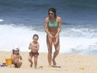 Priscila Fantin vai à praia no Rio com biquíni de lacinho e exibe ótima forma ao lado do filho