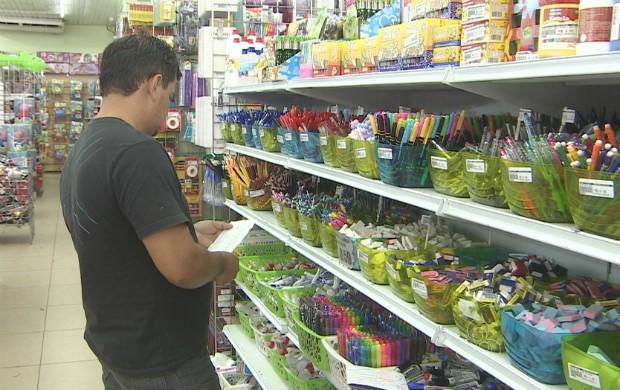 Com listas nas mãos, pais e mães se antecipam na compra de material escolar (Foto: Bom Dia Amazônia)