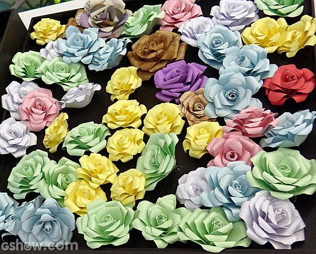 Aprenda a fazer flores de cartolina para decorar objetos, cômodos ...