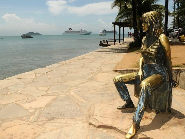 A estátua de Brigitte Bardot é o monumento mais procurado na cidade  (Foto: MarceloDutra/Secom Búzios)