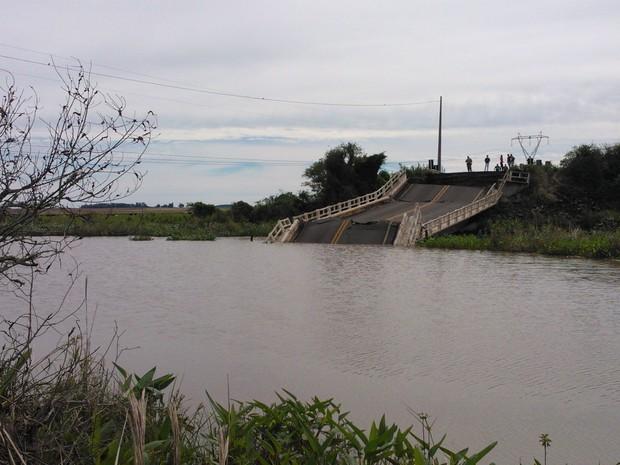 Ponte foi interditada na noite de segunda-feira (28) pela Polícia Rodoviária Federal  (Foto: Cláudio Vaz/RBS TV)