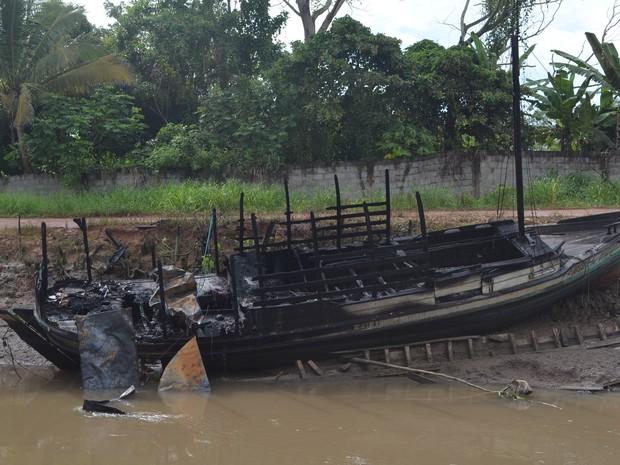 Barco explodiu no Canal das Pedrinhas, na Zona Sul de Macapá (Foto: John Pacheco/G1)