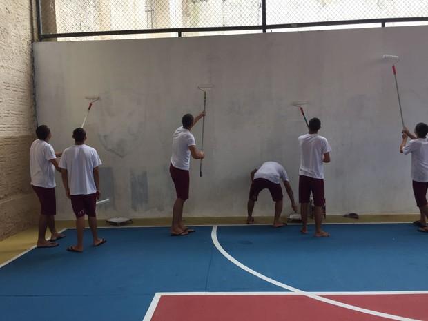 Jovens participaram de curso profissionalizante de pintura (Foto: Divulgação/ ISE)