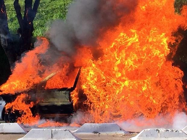 Táxi em chamas em rua de Campinas nesta manhã de segunda-feira  (Foto: Vc no G1)