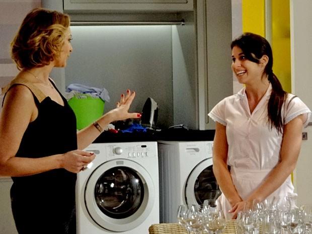 Sônia se impressiona com a eficiência da Empreguete (Foto: Cheias de Charme / TV Globo)