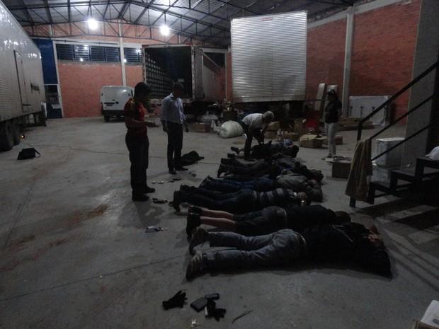 Homens foram presos no depósito onde escondiam as cargas roubadas em São Sebastião do Caí (Foto: Rafael Nunes Persch/Polícia Civil)