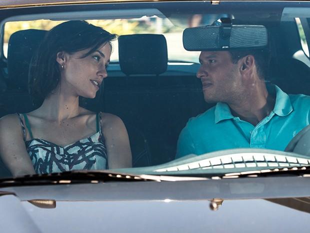 Casal conversa no carro depois de voltar do almoço (Foto: Artur Meninea/Gshow)