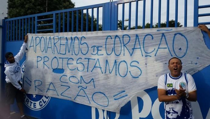 Manifestantes penduraram faixas no portão da Toca da Raposa (Foto: Guilherme Frossard)