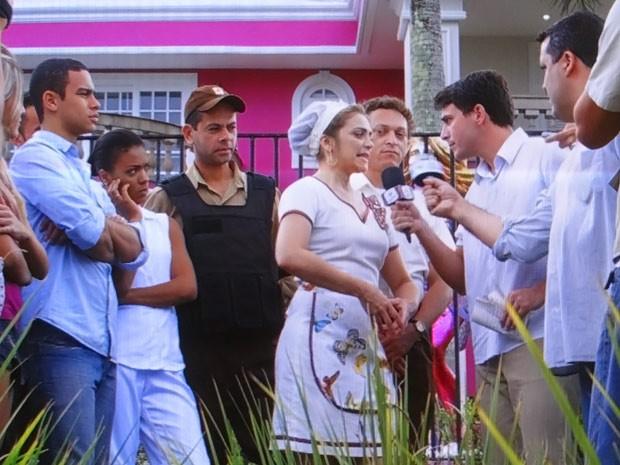 Um grupo de jornalistas se aglomera na frente da casa de Chay (Foto: Cheias de Charme / TV Globo)