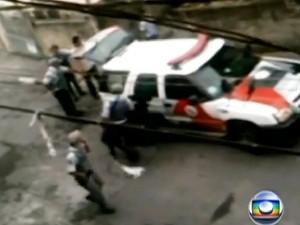 Vídeo mostrou ação dos PMs na abordagem ao servente (Foto: Reprodução/TV Globo)