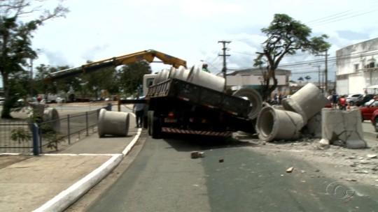 Acidente na rotatória perto do Detran trava trânsito na parte alta de Maceió
