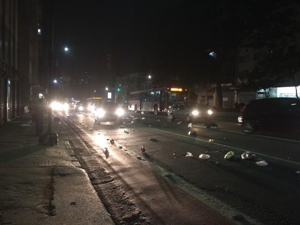 Grupo subiu a Rua da Consolação espalhando lixo pela via e PMs lançaram bombas (Foto: Roney Domingos/G1)