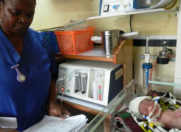 Enfermeira monitora prematuro em incubadora desenvolvida por estudantes (Foto: Reprodução Rice360/ RiceUniversity)