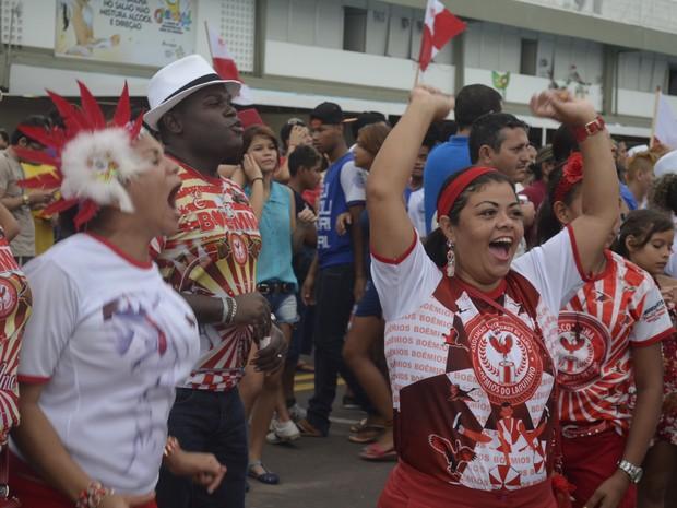 Escola de Samba Boêmios do Laguinho comemora o título de campeã do Carnaval 2014 no Amapá (Foto: Abinoan Santiago/G1)
