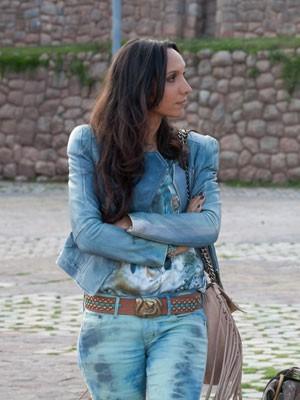 Alejandra usa jeans total e tachas (Foto: Amor à Vida/TV Globo)