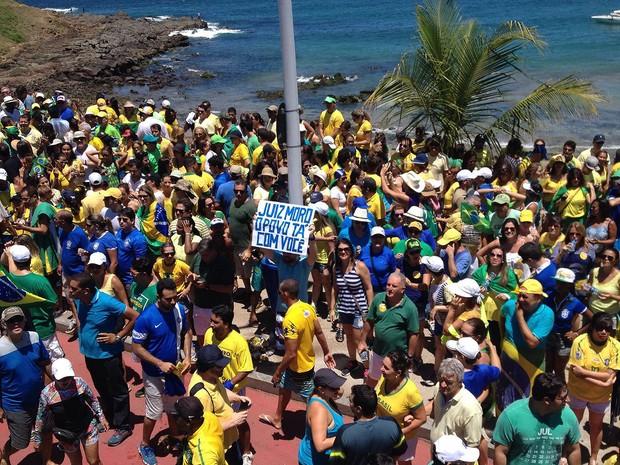 Manifestantes levam faixas de apoio ao juiz Sérgio Moro em Salvador, Bahia (Foto: Henrique Mendes/ G1)