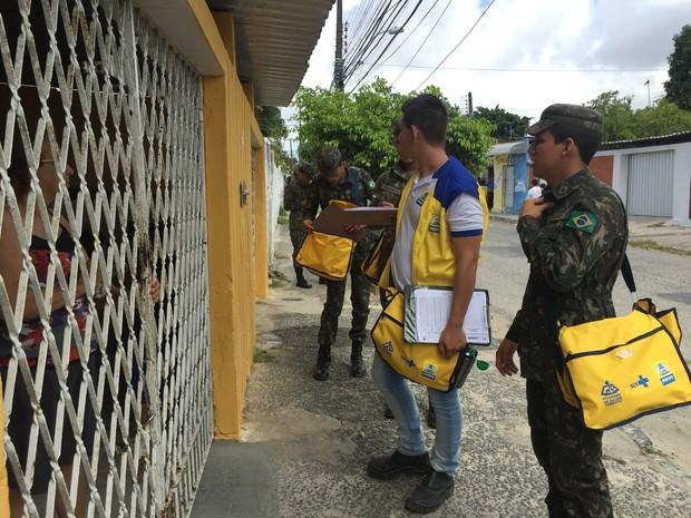 Soldados do Exército estão reforçando as equipes de combate ao Aedes aegypiti (Foto: Divulgação / Secretaria de Saúde)