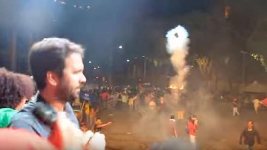 Vídeo mostra bomba arremessada contra palco em manifestação
