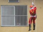 Papai Noel e super-heróis fazem rapel em ação solidária em hospital de SC